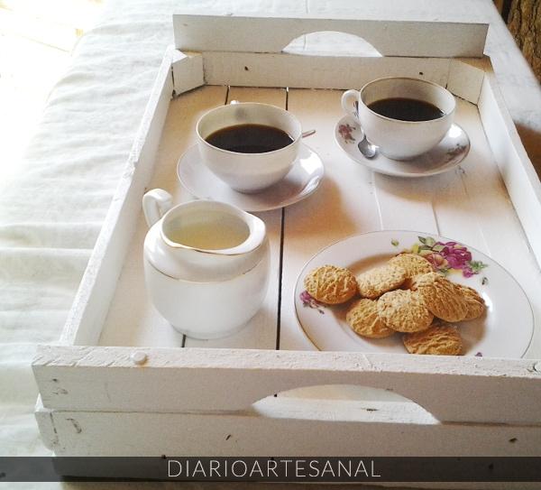 Un cajón reciclado transformado en bandeja para el desayuno