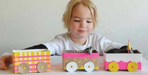 Juguetes con materiales reciclados tren hecho de cartón