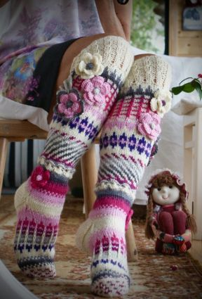 Patrones de calcetines y medias modelo de medias de colores largas con flores a crochet