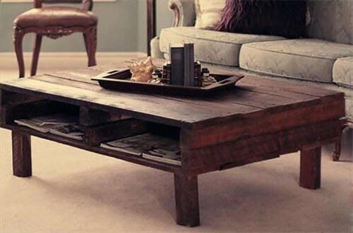 mesa de caf con espacio interior para revistas hecha con un palet