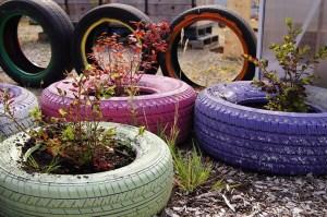 Maceteros con neumáticos reciclados pintados