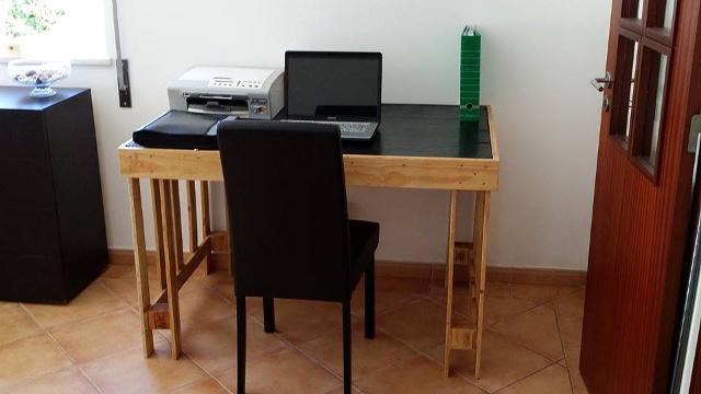 Elegante escritorio con palets