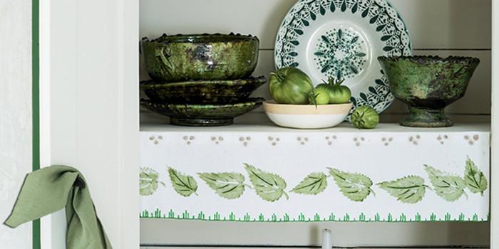 Manualidades faciles decorar los estantes con telas pintadas