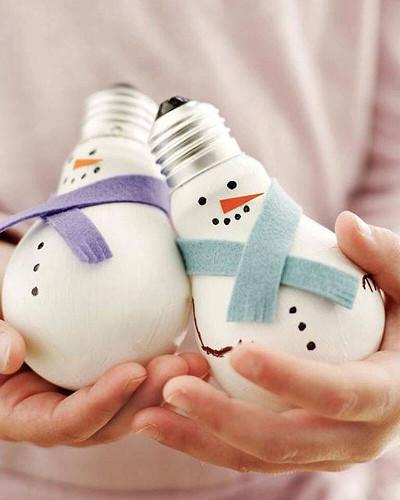 Adornos con bombillas recicladas para el arbol de navidad