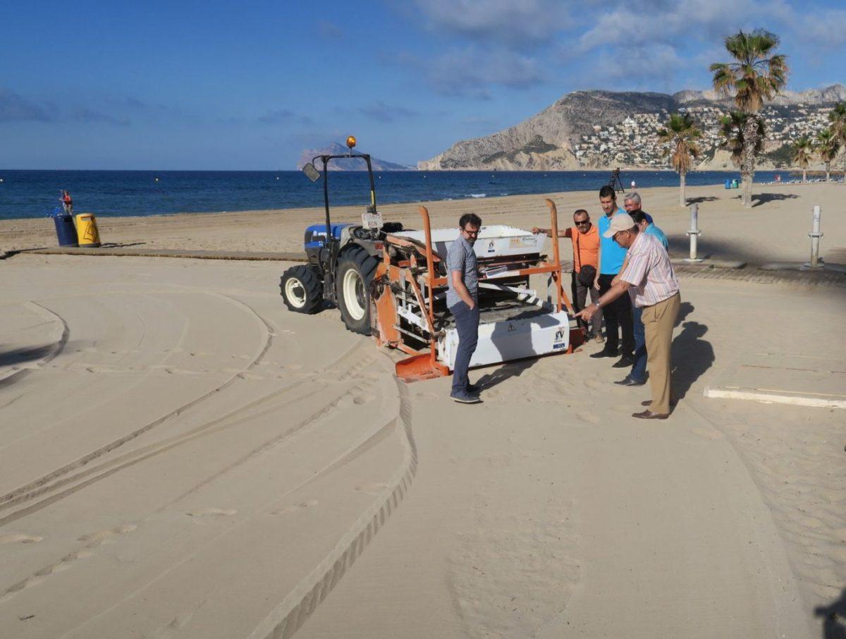 Calp refuerza el servicio de limpieza de playas ante el inicio de la temporada estival