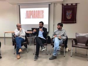 Ignasi Candela intercambiando impresiones en un acto de Compromís.