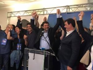 Luis Barcala, pletórico celebrando su victoria en el 26M con la que revalida la alcaldía / Luis Barcala