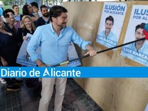 """Barcala pegando el cartel de su campaña """"Ilusión por Alicante"""" / PP Ciudad de Alicante"""