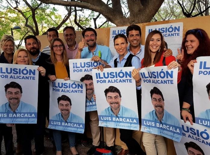 Barcala posando con todo su equipo con el lema de su campaña/ Alex Ferrer