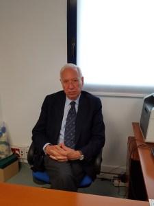 García-Margallo posando sentado / Alex Ferrer