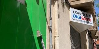 El cartel lateral de VOX, completamente arrancado en su sede de San Vicente del Raspeig/ VOX San Vicente