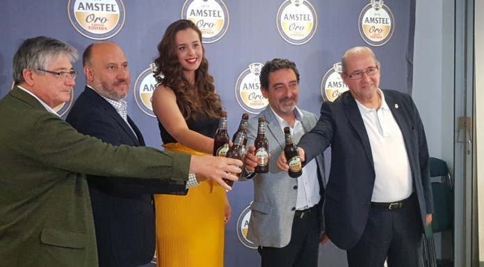 """La Bellea del Foc haciendo un bridis con la """"Amstel Oro"""" junto al edil de fiestas, el representante de Amstel, y los presidentes de Hogueras y Barracas /"""