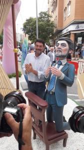 """Barcala posando sonriente con """"el ninot Barcala"""" de La Cerámica / Luis Barcala"""