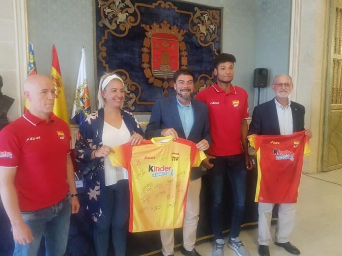Barcala y Gayo posando con las camisetas oficiales y firmadas de la Selección Española de Voleibol / Alex Ferrer