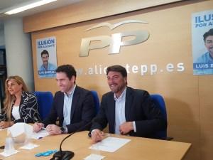 García Egea sonriente en la sede del PP junto a Luis Barcala y Eva Ortiz / Alex Ferrer