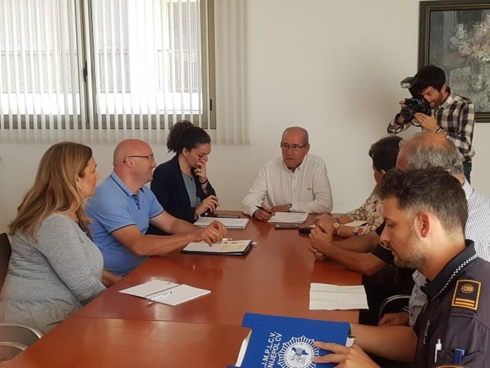 José Ramón González liderando la reunión con la Plataforma 0,0 y la Policía Local / Alex Ferrer