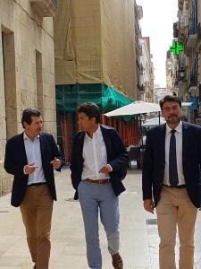 Císcar, Mazón y Barcala llegando a la reunión en el Ayuntamiento de Alicante / Alex Ferrer