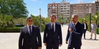 Puig entrando al Rectorado junto a Tadeo Pastor y Ruiz / Alex Ferrer
