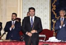 Luis Barcala portando la vara de mando y proclamado oficialmente alcalde de Alicante.