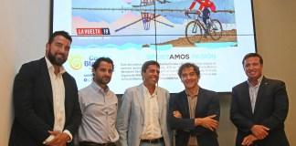 Mazón posando junto a Colomer y Dolón con el fondo de la Vuelta Ciclista España 2019 / Diputación de Alicante