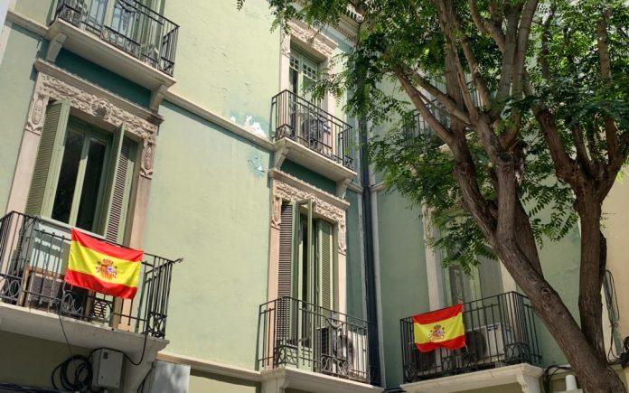La bandera nacional de España ondeando en el balcón del grupo municipal popular en el Ayuntamiento de Elche / PP Elche