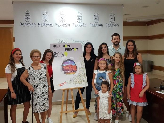 La alcaldesa de Redován, Nely Ruiz, junto a los representantes de la fiesta en la presentación de la programación / Alex Ferrer