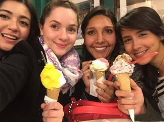 Mônica, eu, Paola, Valentina, gelati.