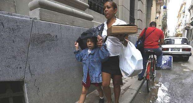 Madre cubana y su hijo en La Habana.