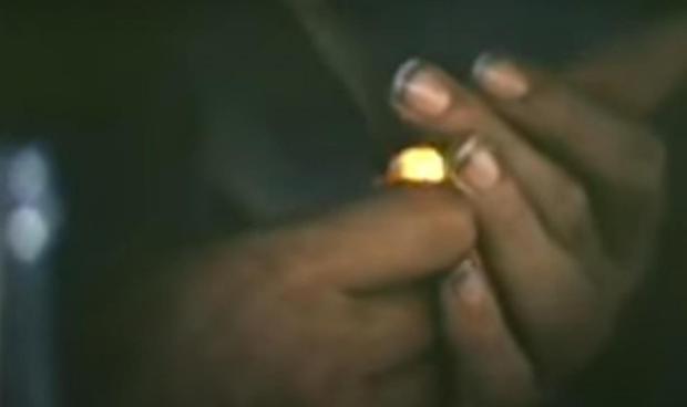 Manos de Fidel Castro encendiendo un tabaco.