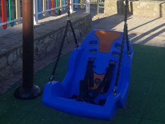 """Instalación del primer columpio para personas con movilidad reducida en el parque """"Los Bolos"""""""