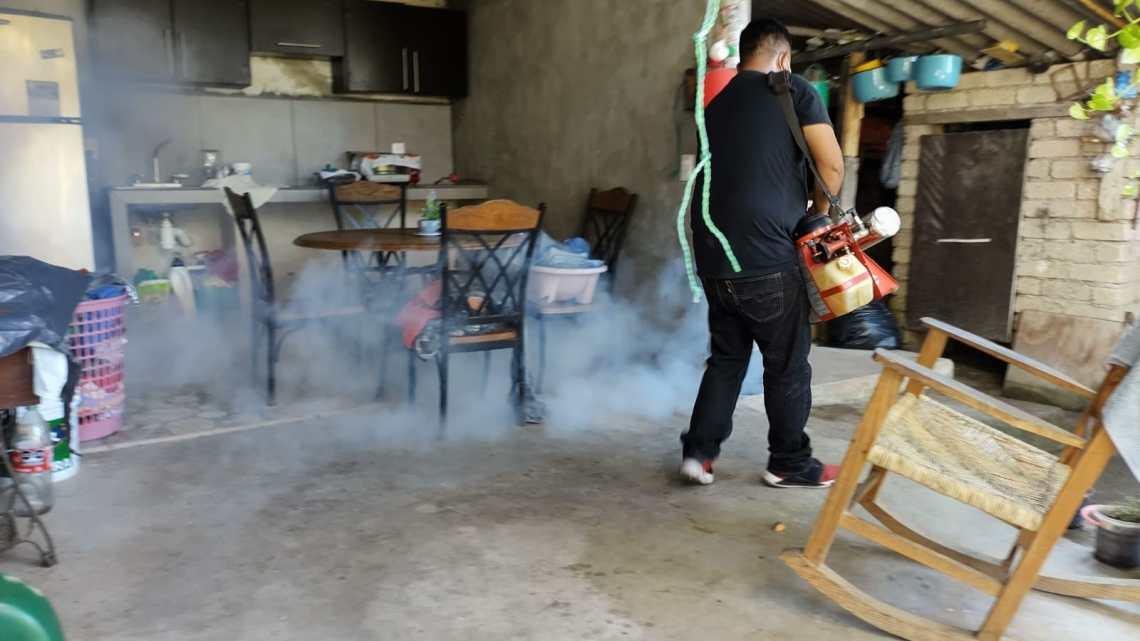 Atiende Geraldine Ponce petición de madre de familia de nebulizar su casa