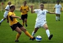 Futbolistas luchando por un balón. Huelga fútbol femenino