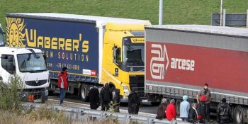 inmigrantes, Calais, camiones, subir, ataques, gendarmes, gases.,