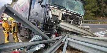 camión, cargado, motos, atravesado, quitamiedos, AP-7,