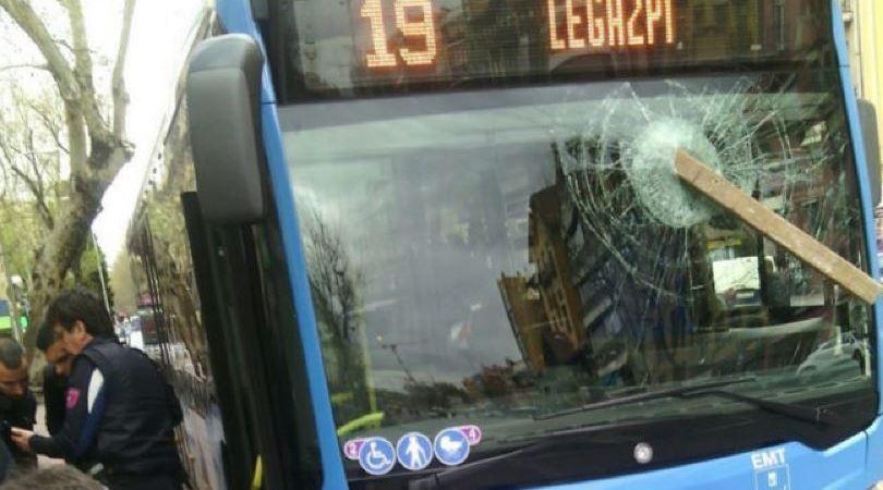 detenido, agredir, conductor, autobús, tablón, madera,