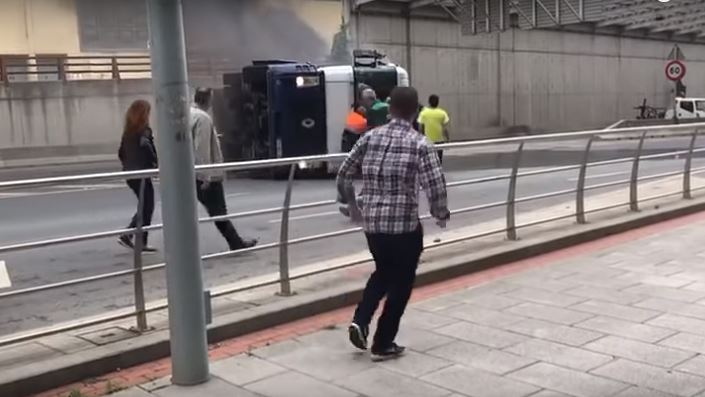 rescatan, camionero, atrapado, cabina, Bilbao,