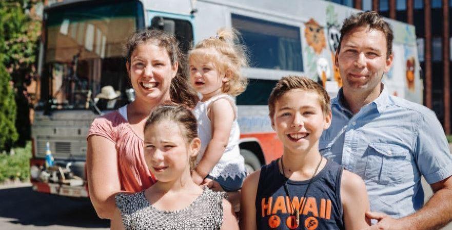 familia, belga, recorre, mundo, autobús, Scania, vintage,