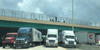 varios, camioneros, bajo, puente, salvar, vida, persona,