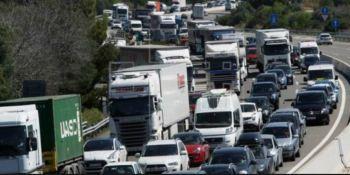 Fenadismer denuncia el colapso continuo de camiones en las áreas de servicio de la AP-7