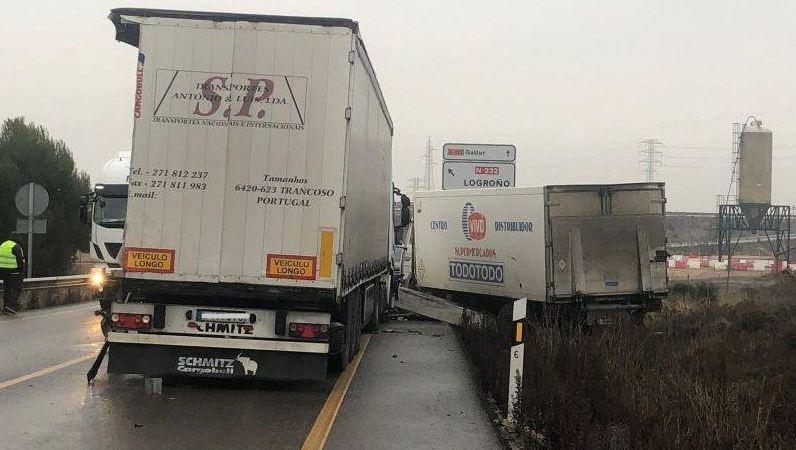 pérdida, viga, colisión, tres, camiones, Aragón,