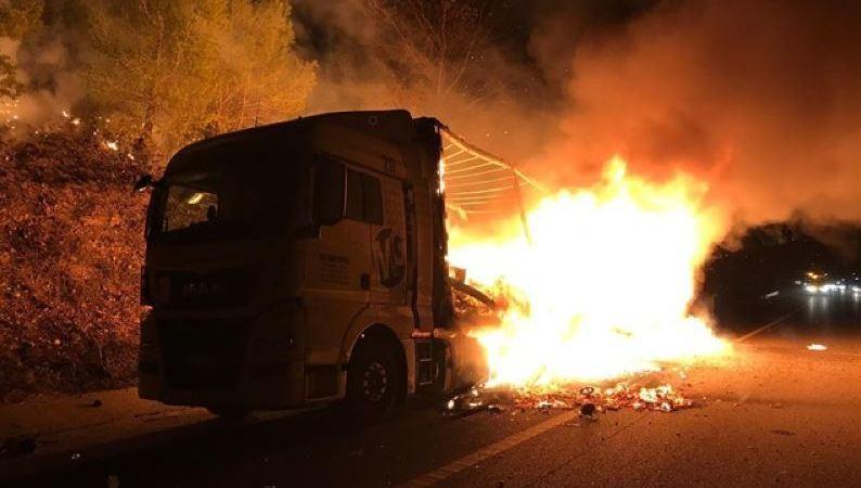 arde, camión, AP-7, Bàscara, Gerona, cortar, autopista, noche,