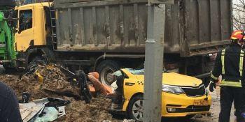 camión, cargado, arena, aplasta, taxi, muertos, Moscú,