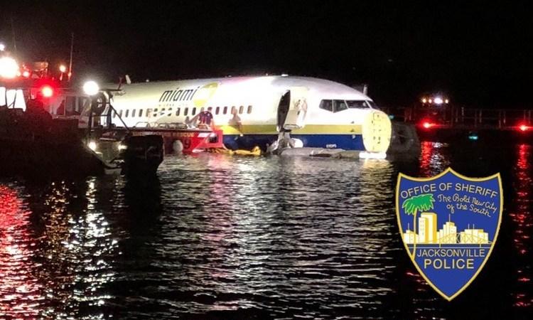 Boeing 737, sale, pista, aterriza, río, Florida, personas,