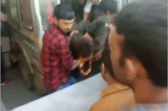 fallecidos, caer, minibús, barranco, India,