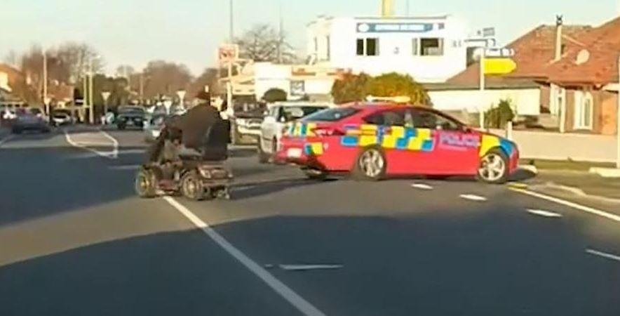 persecución, policial, hombre, scooter, movilidad, reducida, vídeo,