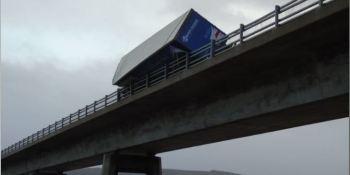 camión, cae, puente, causa, fuerte, viento,