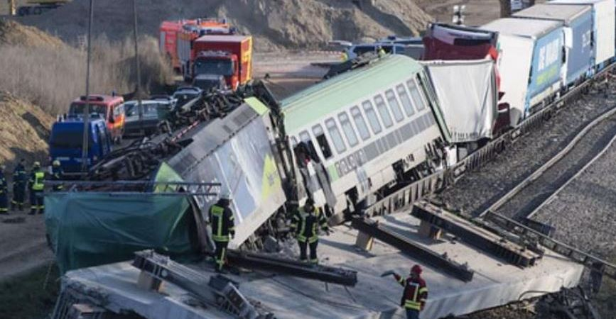 fallecido, heridos, descarrila, tren, camiones,