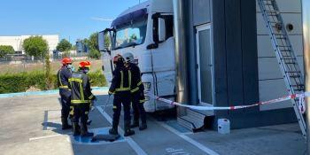 fallece, camionero, aplastado, camión, ITV