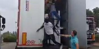 La reacción de un camionero al encontrar migrantes en el remolque