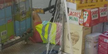 Un camionero portugués se accidenta descargando.